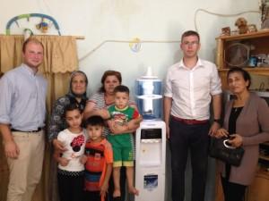 Un purificateur installé chez la famille Abou. A droite, Sarah el Jamil, responsable de l'association