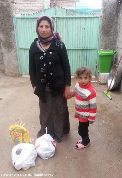 Distribution-panier-repas-Alqosh-femme-petite-fille-fevrier-2014