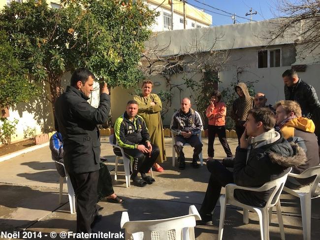Produits-hygiene-Zakho-discussion-Abouna-Amar-réfugiés-bénévoles-noel-2014