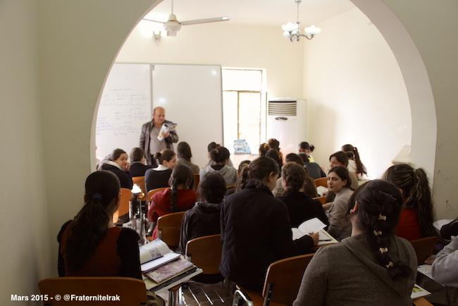 3)ecole-Erbil-interieur-classe-fille-prof-tableau-dos-mars-2015