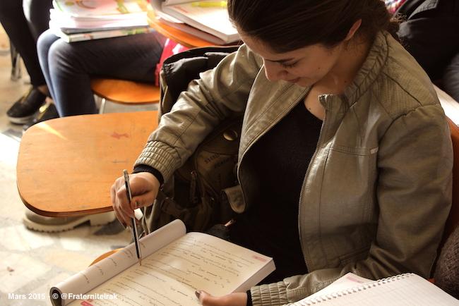 4)ecole-Erbil-fille-une-eleve-regarde-cahier-mars-2015