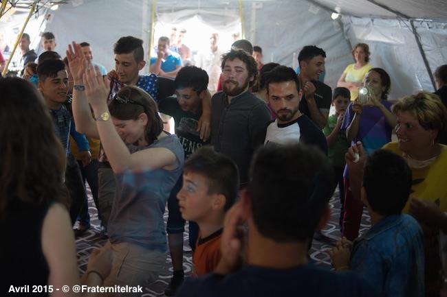 danse-tente-benevole-irakien-paques-ashti-avril-2015