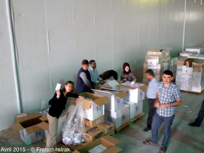 vue-generale-benevole-repartition-medicaments-stockage-erbil-avril-2015