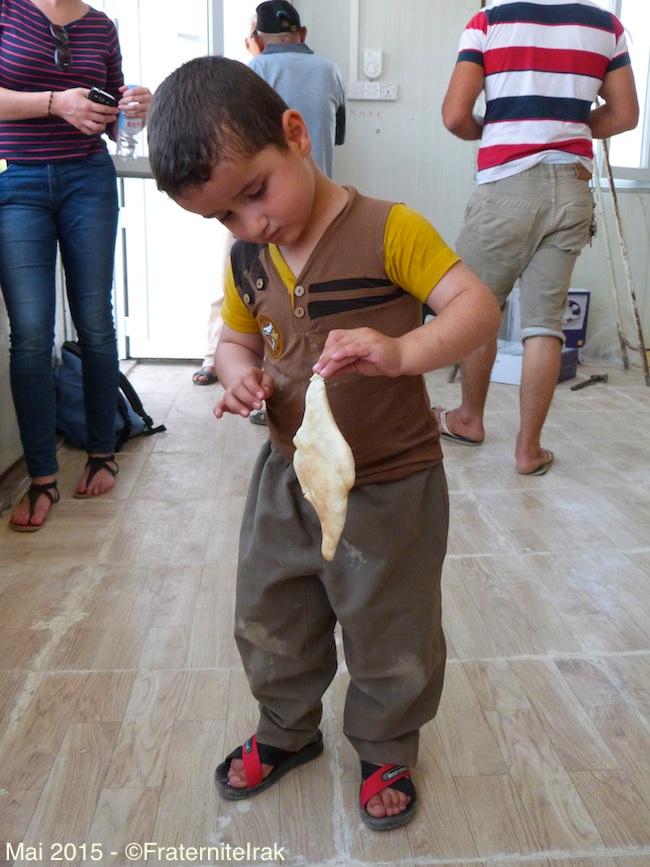 25)petite-garcon-premier-pain-boulangerie-erbil-mai-2015