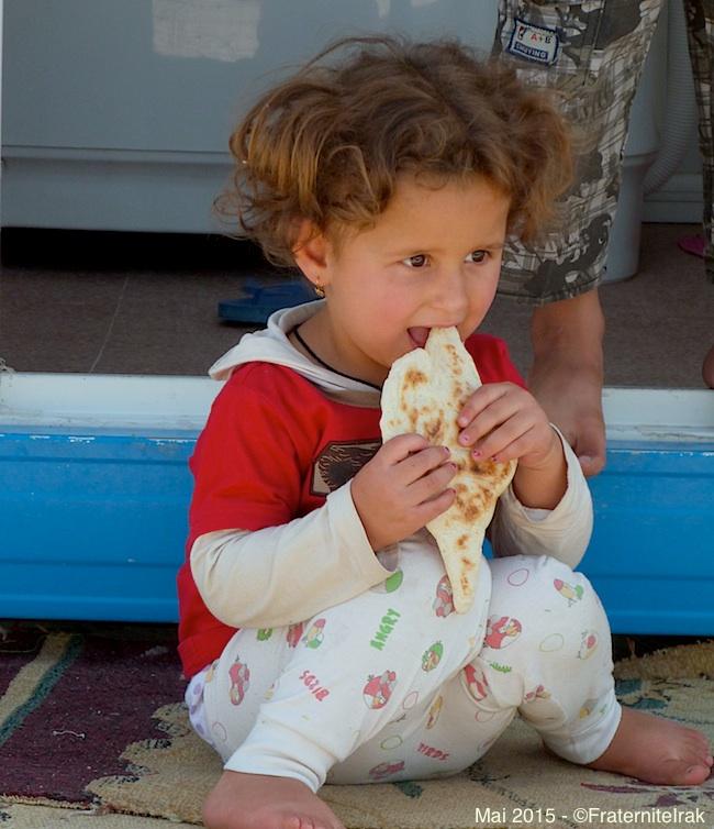 31)petite-fille-mange-pain-boulangerie-erbil-mai-2015
