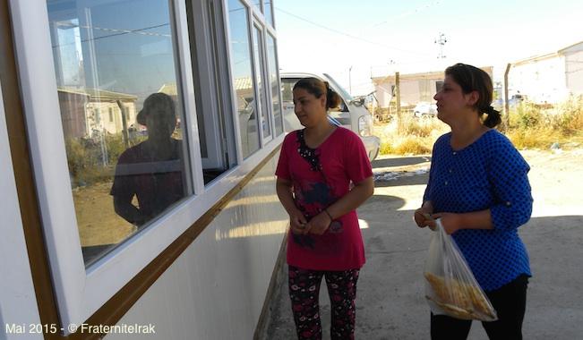 40)vente-deux-femmes-exterieur-erbil-mai-2015