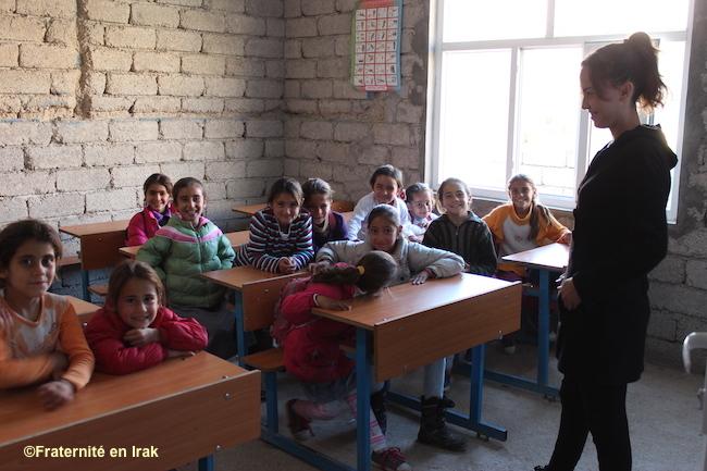 Classe-filles-institutrice-Bozan