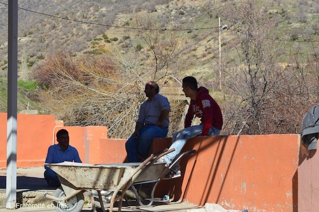 ouvriers-travaux-toit-salle-paroissiale-sharanish-1-mars-2016