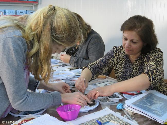 benevole-fraternite-en-irak-essai-mosaique-atelier-artisanat-avril-2016