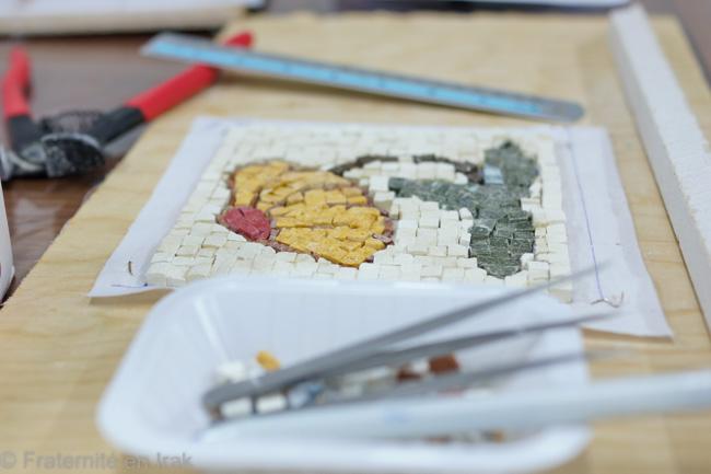 etape-2-realisation-tableau-mosaique-atelier-artisanat-ashti-mars-2016