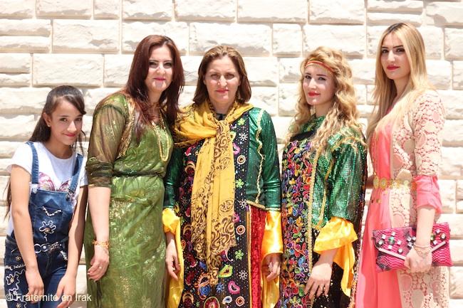 trois-generations-femmes-habits-traditionnels-ordination-aout-2016