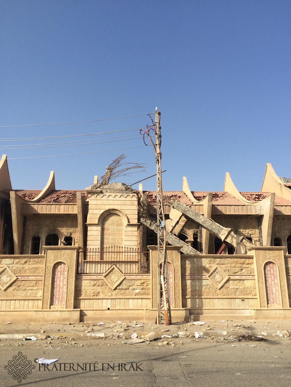 L'église Mar Behnam-et-Sarah abritait l'une des paroisses les plus dynamiques de la ville, avec notamment une grande chorale de jeunes. Son clocher a été dynamité