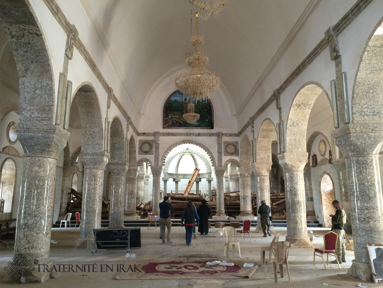 L'intérieur de l'église Mar Youhana (St Jean-Baptiste) offre un spectacle étrange : les bancs ont été entassés dans le choeur et sous la tribune comme pour y mettre le feu, mais il semble que daech n'en ait pas eu le temps