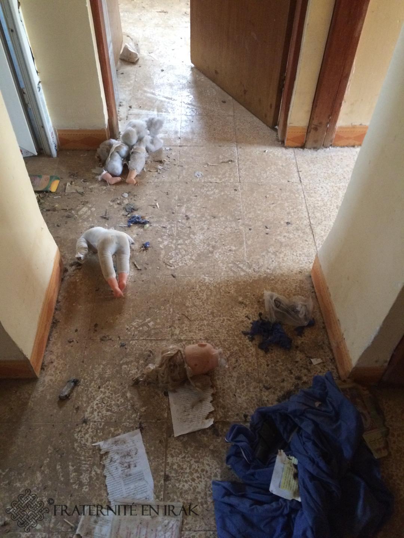 Les djihadistes sont allés jusqu'à décapiter les poupées que Fraternité en Irak a retrouvées dans l'hôpital