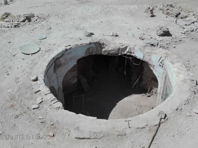 11. Vue depuis le sommet du tell sur l'interieur du mausolée déblayé