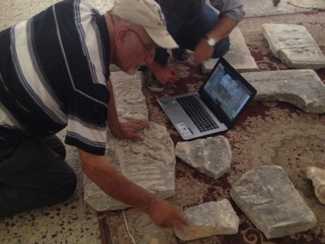 17. L'architecte de FEI et l'archéologue cherchent à assembler les morceaux de plaques d'après des photos d'époque
