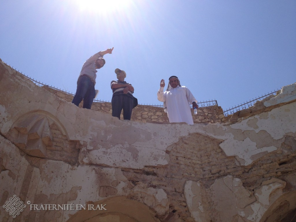 4.Guillaume l'architecte de FEI, l'archéologue et le mokhtar devant les ruines du mausolée