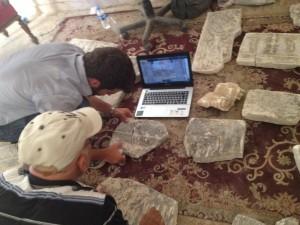 Guillaume et l'archéologue entrain de chercher à assembler les morceaux de plaques d'après photos d'époque 3