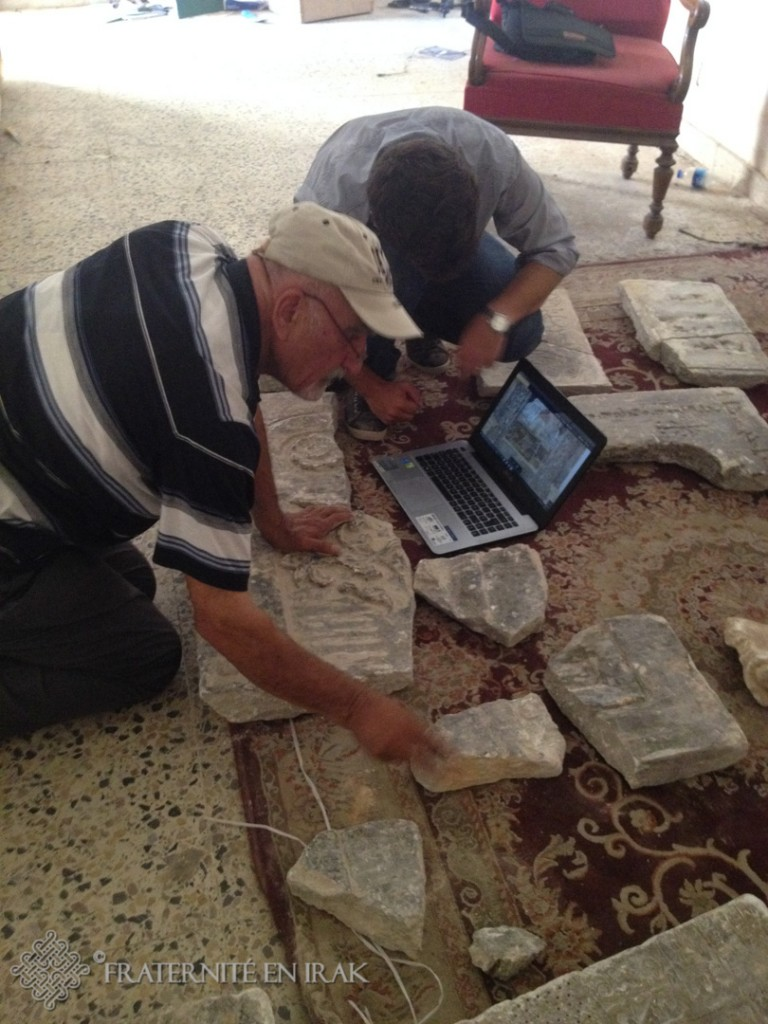 Guillaume et l'archéologue entrain de chercher à assembler les morceaux de plaques d'après photos d'époque