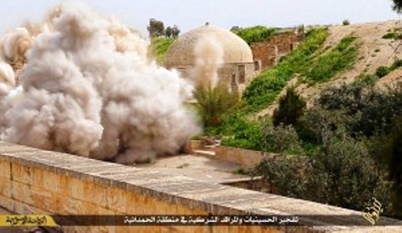 L'explosion du tombeau de Mar Behnam mise en scène par Daech dans une vidéo publiée par l'organisation terroriste en 2015.