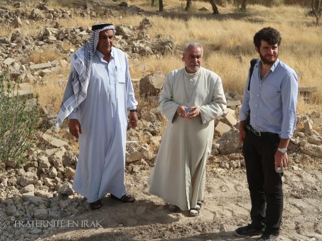 Le chef du village de Khidr, abuna Charbel et Guillaume, architecte de Fraternité en Irak à Mar Behnam