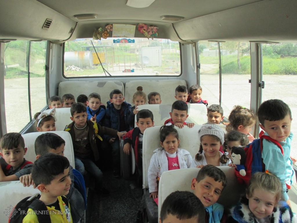 Les enfants de la garderie de Alqosh repartent avec le bus